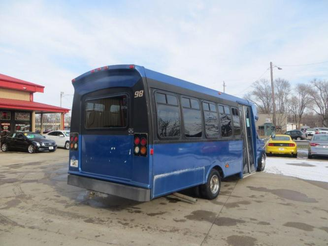 1998 BLUE FORD ECONOLINE E450 SUPER DUTY (1FDXE40S5WH) with an 6.8L engine, Automatic transmission, located at 908 SE 14th Street, Des Moines, IA, 50317, (515) 281-0330, 41.580303, -93.597046 - Photo #4