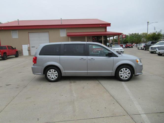 2018 GREY DODGE GRAND CARAVAN SE (2C4RDGBG6JR) with an 3.6L engine, Automatic transmission, located at 908 SE 14th Street, Des Moines, IA, 50317, (515) 281-0330, 41.580303, -93.597046 - Photo #3