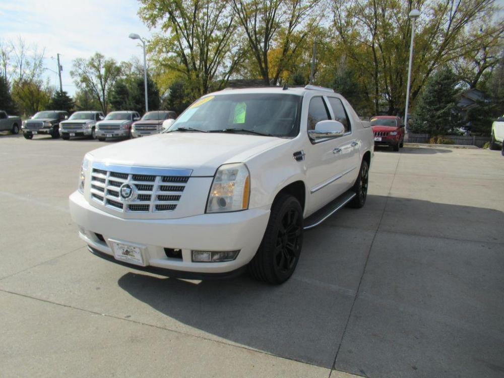 2007 WHITE CADILLAC ESCALADE EXT (3GYFK62877G) with an 6.2L engine, Automatic transmission, located at 908 SE 14th Street, Des Moines, IA, 50317, (515) 281-0330, 41.580303, -93.597046 - Photo #0