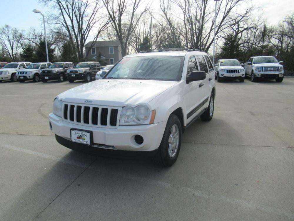 2005 WHITE JEEP GRAND CHEROKEE LAREDO (1J4GR48K75C) with an 3.7L engine, Automatic transmission, located at 908 SE 14th Street, Des Moines, IA, 50317, (515) 281-0330, 41.580303, -93.597046 - Photo #0